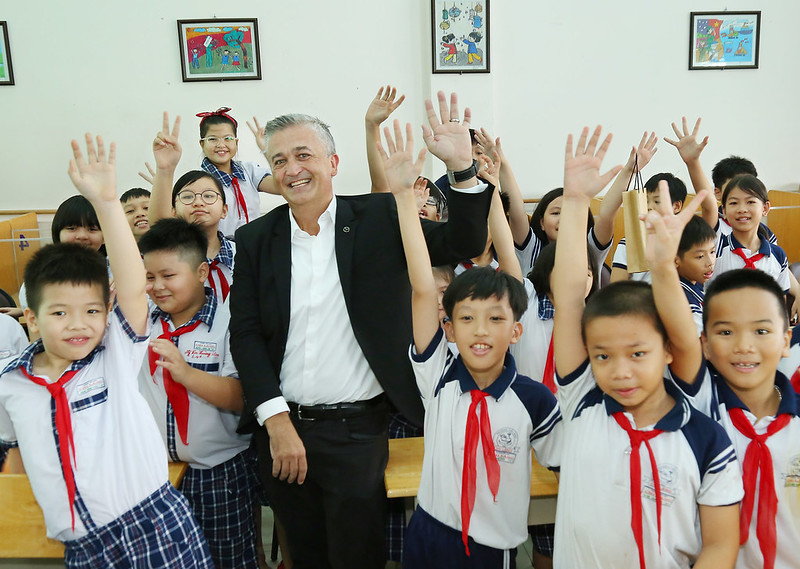 Mr. Brad Kelly, CEO of Mercedes-Benz Vietnam, pictured with students at Chi Lang Primary School after participating road safety games.